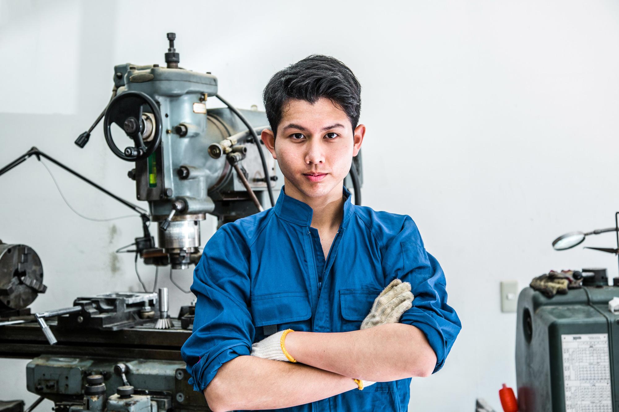 腕組みする製造業男性